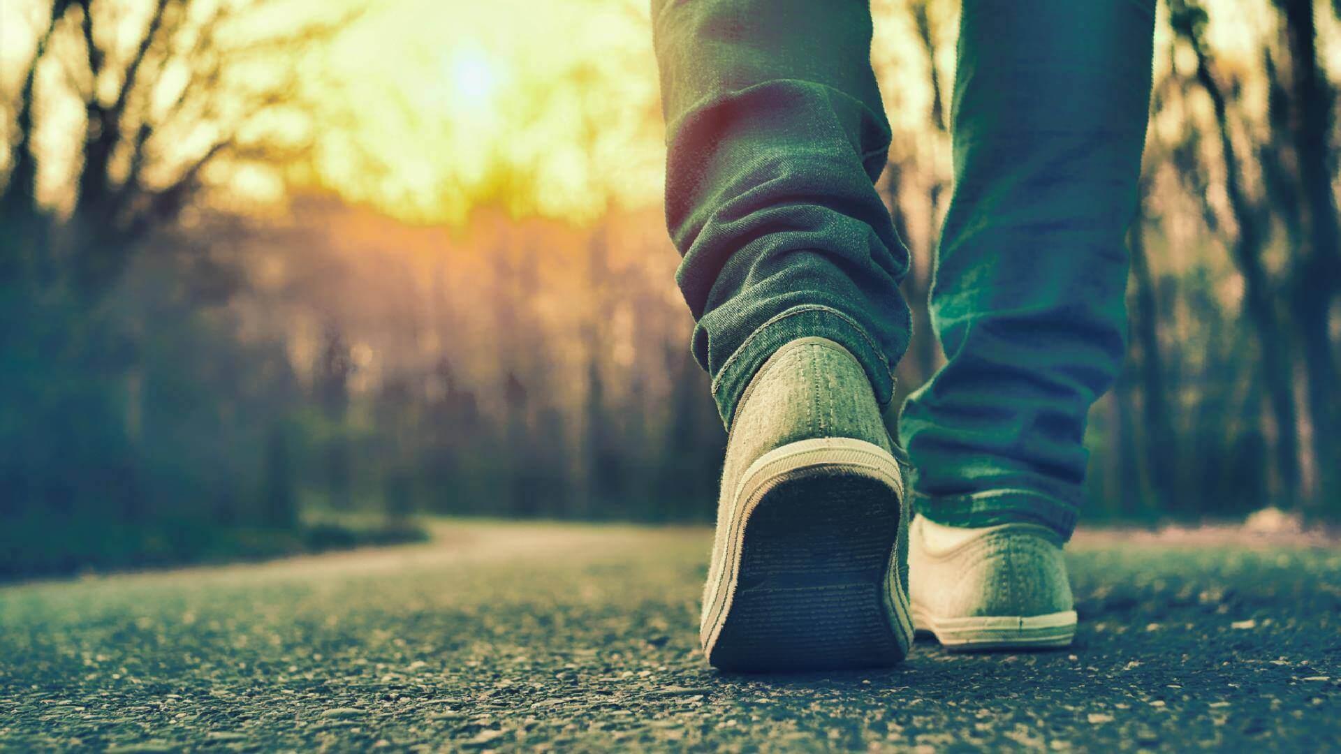 歩いている足